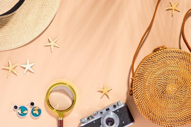 夏のモダンな服セットの構成。俯瞰上面図、フラットレイ。夏、日光と黄色の背景での休暇。