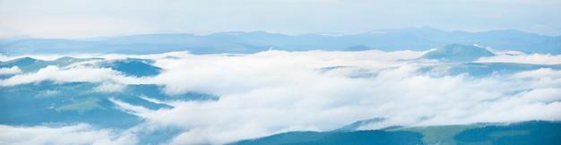 夏の朝の曇り山のパノラマビュー(ウクライナ、カルパティア山脈)。 3ショットステッチ画像。