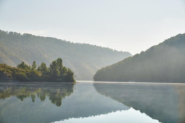 Летнее утро в горах у реки.