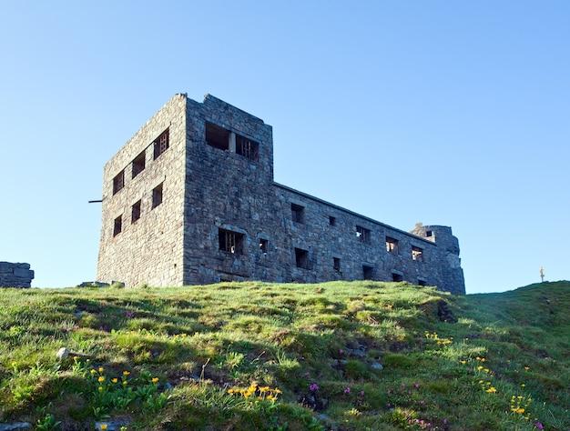 Летним утром вид на горы с крепостью - руины обсерватории на вершине горы поп иван (хребет черногора, карпаты, украина)