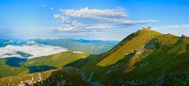 Взгляд панорамы утра лета на вершине горы поп иван с руинами обсерватории (хребет черногора, карпаты, украина).