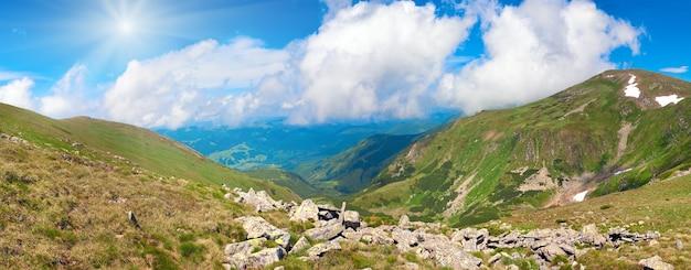 Летний горный пейзаж и небо с кучевыми облаками и солнцем (украина, карпаты). изображение сшивается тремя кадрами.