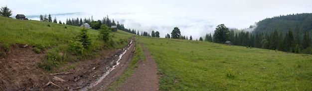 田舎道と夏の山の風景。 4枚の合成画像。
