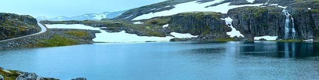 Летняя панорама гор с озером и водопадом (норвегия, аурландсфьеллет).