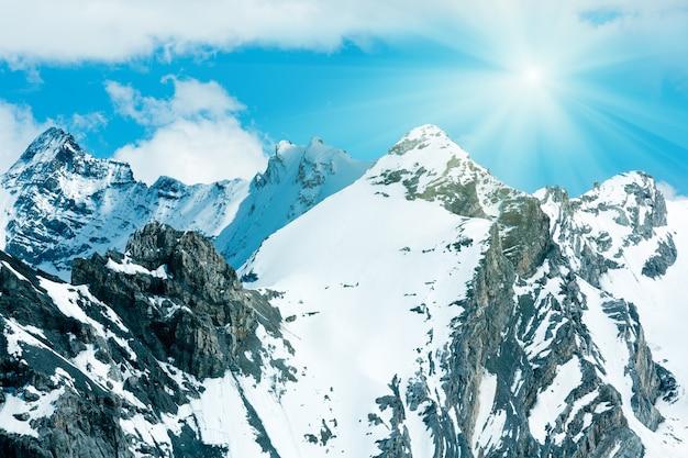 푸른 하늘에 슬로프와 햇빛에 눈이 내리는 stelvio 패스 (이탈리아)에서 여름 산보기