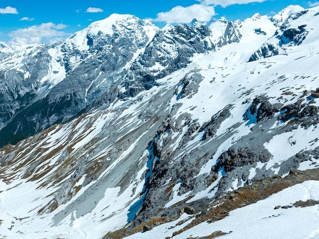 슬로프에 눈이 내리는 stelvio 패스의 여름 산 전망 (이탈리아)