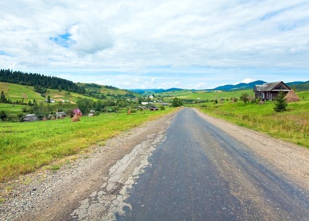 夏の山の村と田舎道(カルパティア、ウクライナ)