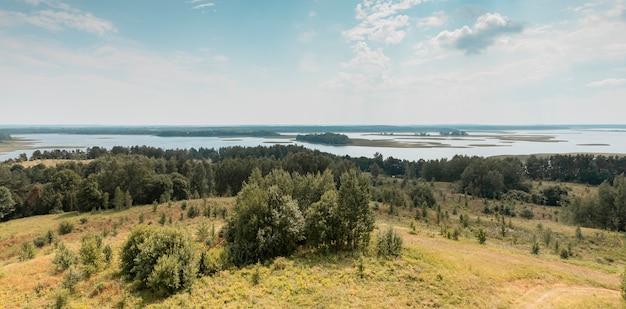 Летний природный пейзаж с небесными лесными деревьями и водными озерами с высоким углом обзора природных сельских пейзажей