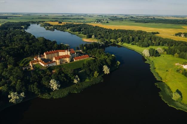 Nesvizh.belarusの街の夏のnesvizh城。