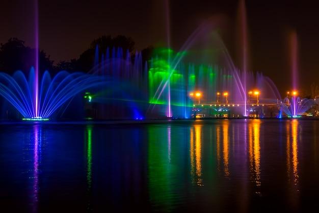 도시의 여름 밤. 조명과 함께 강에 분수