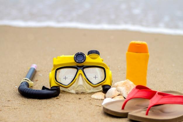 夏のビーチやアクセサリー、サングラス、サンブロック、帽子、シュノーケル、スリッパ