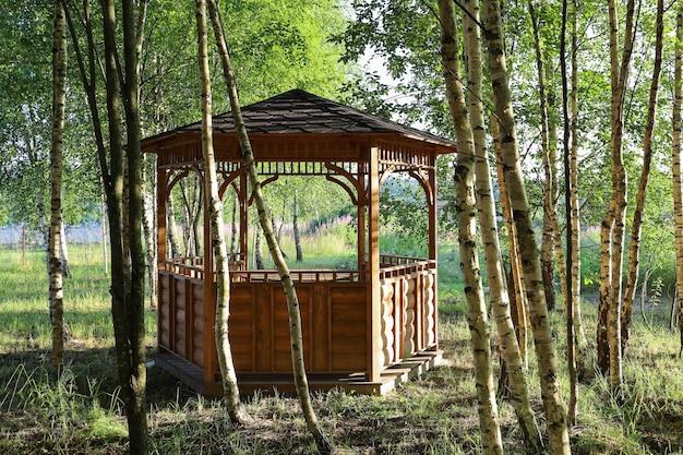 자작나무 숲의 나무로 만든 여름 야외 정자 전망대