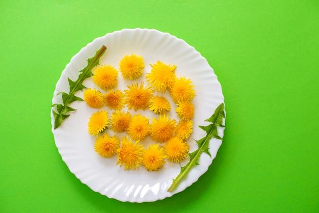 녹색에 노란 민들레 꽃 접시와 함께 여름 또는 봄 배경