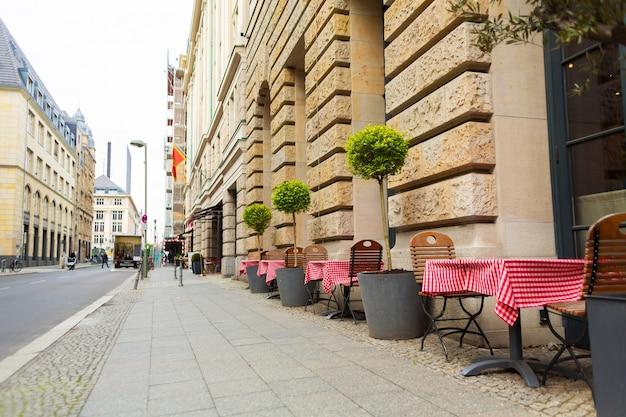 레스토랑의 여름 야외 공간입니다. 보도 테이블.
