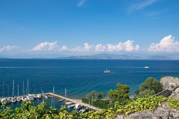 Летний панорамный пейзаж. вид на побережье корфу с яхт. ионический архипелаг. греция. европа