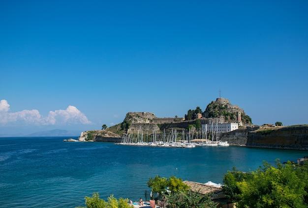 Летний панорамный пейзаж. вид на старую крепость корфу с яхт. ионический архипелаг. греция. европа