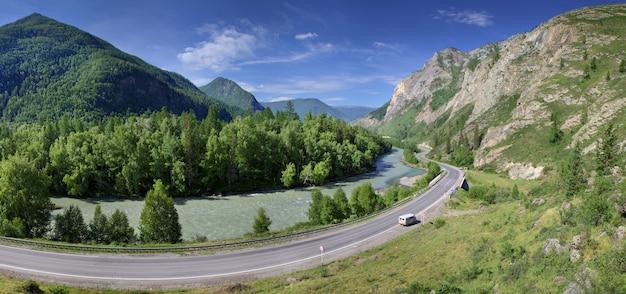 여름 전경. 아스팔트 도로는 강을 따라 협곡, chuiski 지역, altay를 통과합니다.