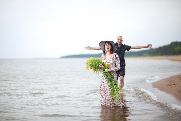 여름 파티 재미 해변 배경에 휴가. 해변 파티에서 사랑에 빠진 커플입니다. 비오는 날에 대한 여름 장면