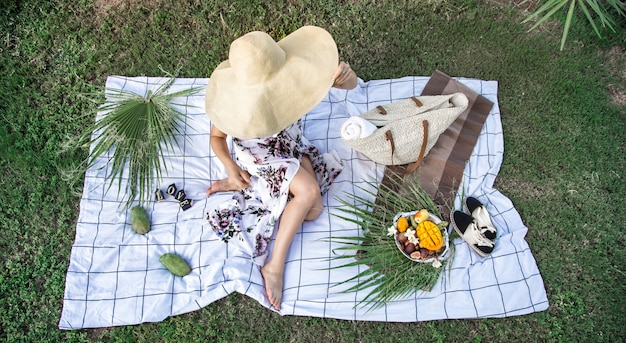夏のピクニック、フルーツのプレートを持つ女の子