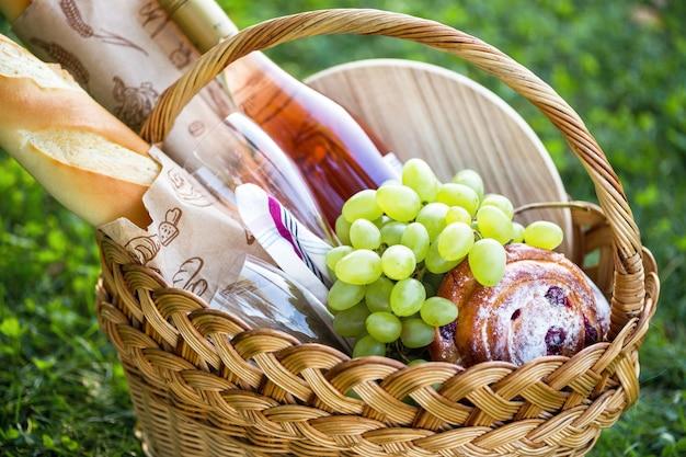 牧草地での夏のピクニック