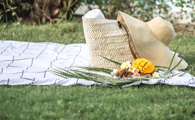 トロピカルフルーツのプレートと夏のピクニック。