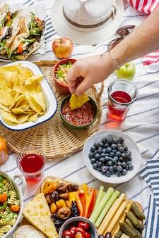 フィンガーフードと新鮮なフルーツを使った夏のピクニック