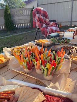 뒤뜰에서 야채와 함께 여름 피크닉