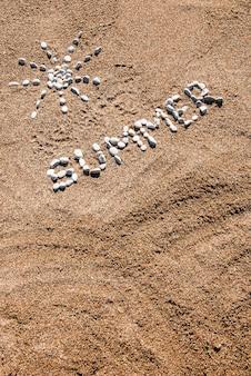 Летняя картина из гальки и песка на пляже. летний фон