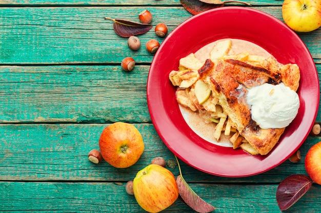 Летний пирог с яблочной начинкой. осенняя сладость. традиционный яблочный пирог. место для копирования