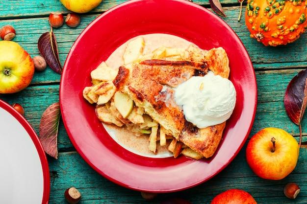 リンゴを詰めた夏のパイ。秋の甘さ。伝統的なアップルケーキ。