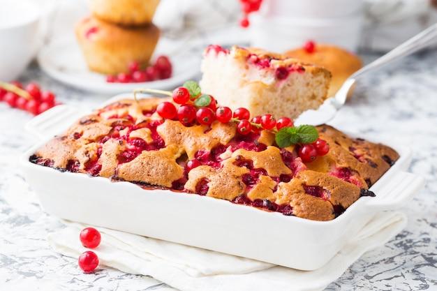 白いセラミック皿に赤スグリの夏のパイ