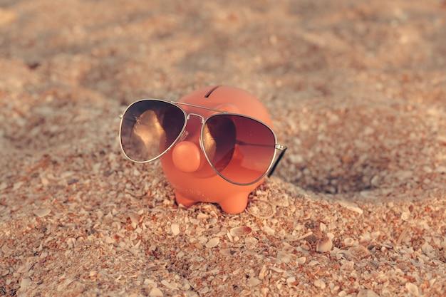 해변에서 여름 저금통