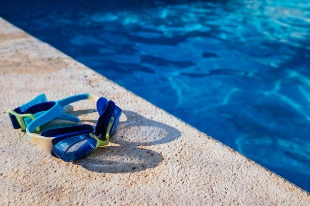 파란 수영장 가장자리에 여름 플라스틱 물 장난감
