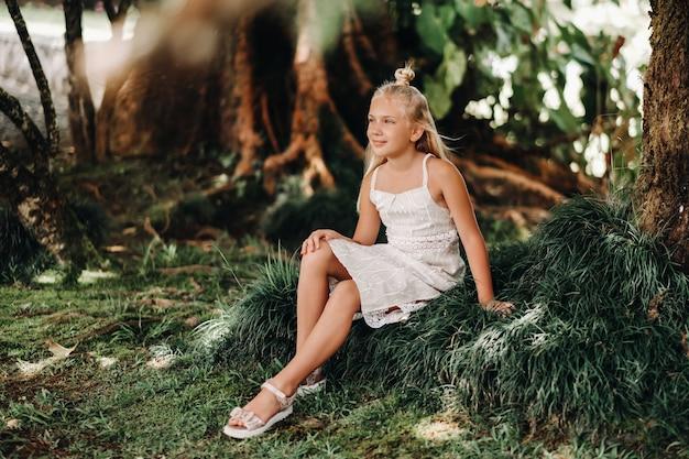 モーリシャス島の幸せな少女の夏の肖像画。美しい笑顔、夏の白いドレス。