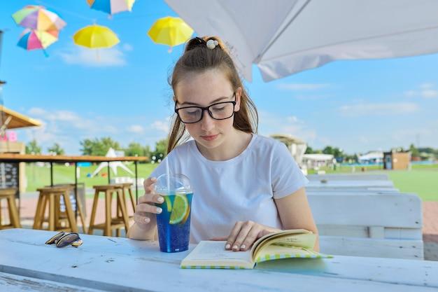 本を読んで眼鏡でティーンエイジャーの夏の肖像画