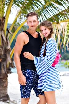 Ritratto di estate di coppia abbastanza romantica divertendosi alle isole tropicali
