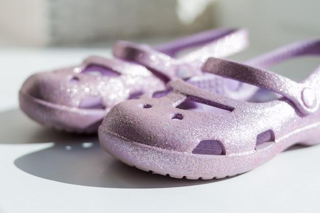 Шлепанцы лета фиолетовые изолированные на белой предпосылке.
