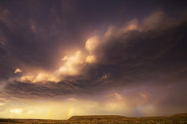 山の夏の雨。劇的な雲と山のシルエット。
