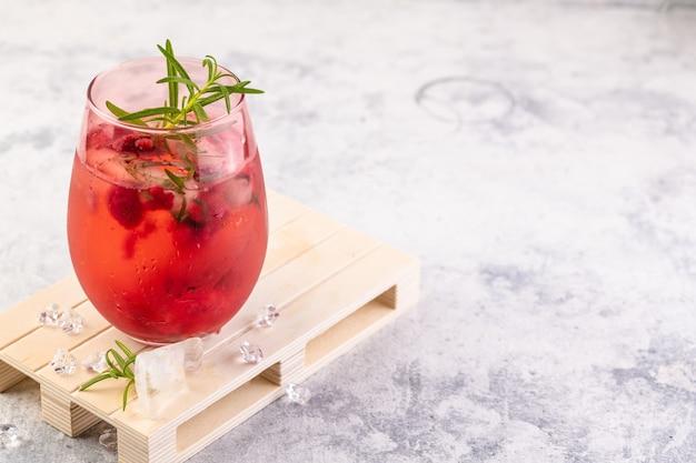 ラズベリーとローズマリーを添えたロゼワインまたはジンで作られた夏のさわやかなカクテル