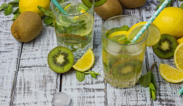 ストローとグラスで夏のさわやかな飲み物。