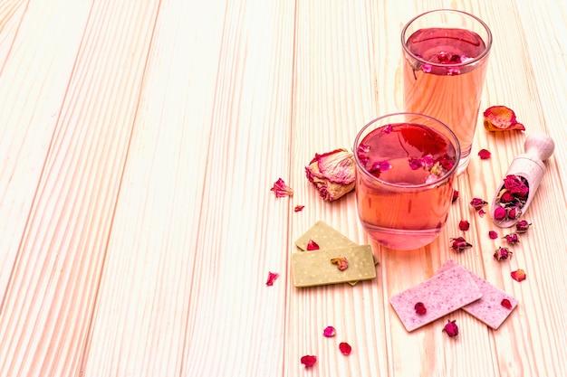 Летний освежающий чай из розовых цветов
