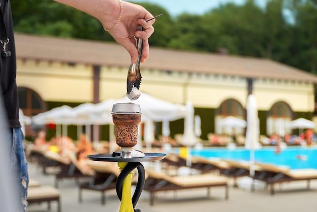Летний отдых, концепция дымовой вечеринки - кальян крупным планом на фоне бассейна, курортные развлечения, выборочный фокус