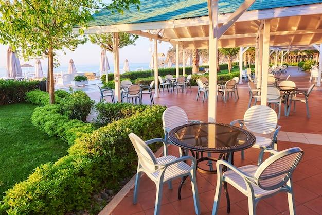 Летний ресторан на берегу средиземного моря на красивом закате. текирова-кемер. турция