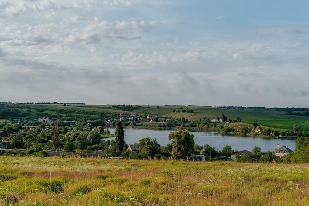 호수와 흐린 하늘 일몰 저녁 빛 따뜻한 아름 다운에 잔잔한 물과 여름 시골 lanscape ...