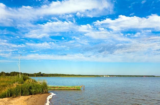 海岸近くの木造船で夏の急いで湖の景色