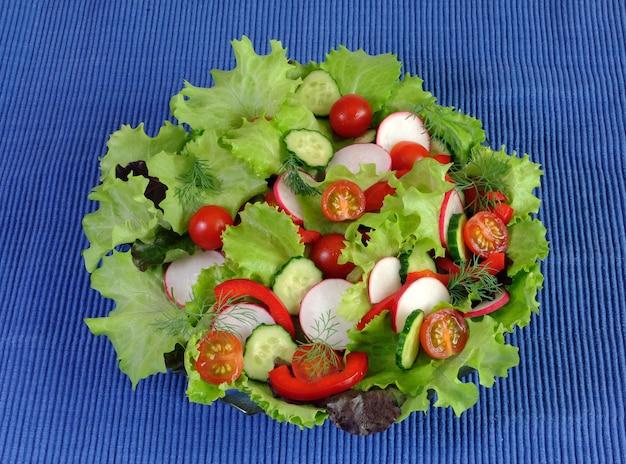 파란색 냅킨에 신선한 야채의 여름 샐러드