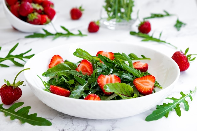 루꼴라 페타 치즈와 캐슈넛을 곁들인 딸기 여름 샐러드 딸기 샐러드 레시피 diy