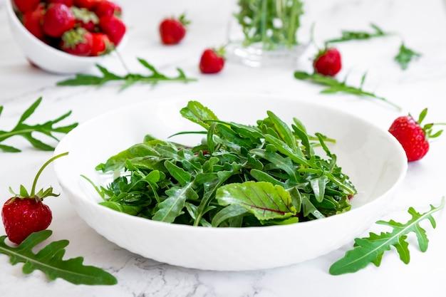 아루굴라 시금치 잎을 곁들인 딸기 여름 샐러드, 샐러드 잎과 신선한 딸기 과일