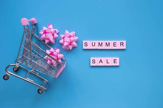 青い背景の夏のセールの言葉季節のセールのショッピングコンセプト