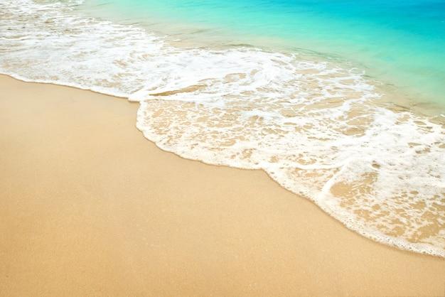 海の波と夏の砂浜。
